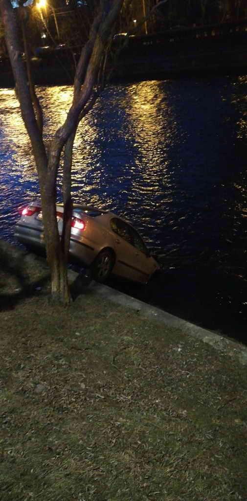 Accident spectaculos lângă Cluj Arena. O mașină a căzut în Someș – Cronica de vineri
